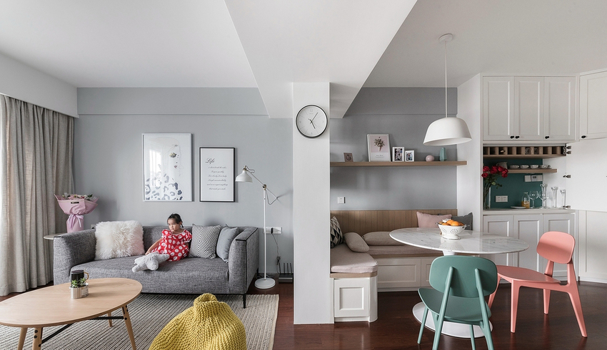 灰色调沙发呼应简约的北欧特质,卡座上方以开放式层板呈现,可随心情摆放物件,创造每一天的日常风景。