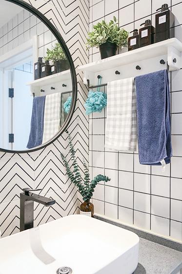 黑白相间的瓷砖,让卫生间干净整洁,也照顾到从客厅能够看见的视觉感受。