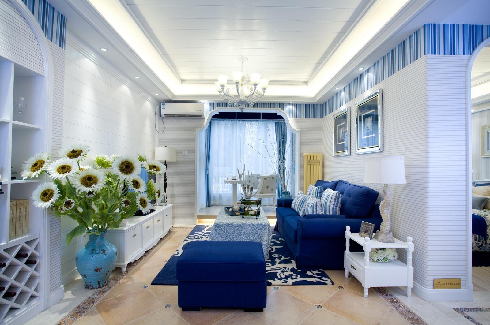 客厅整体呈现简洁明快,自由而不受拘束的家居氛围,喜欢蓝色调,给人沉重又不失时尚。