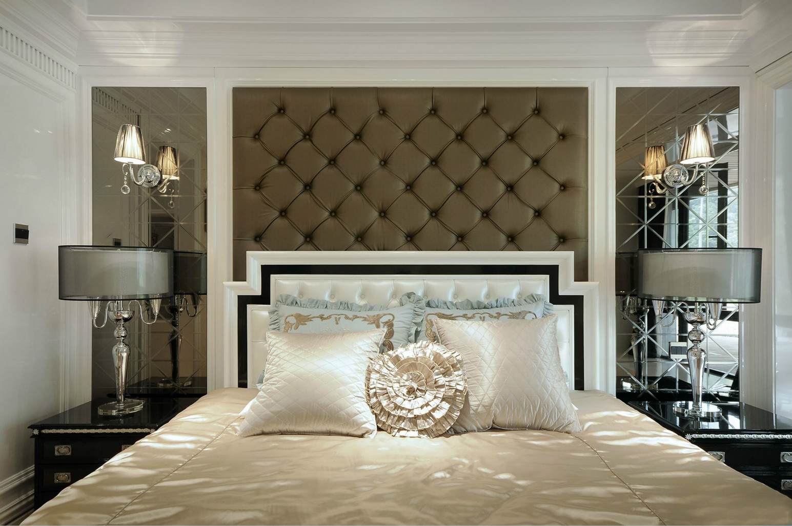 卧室中放置着软包大床,整个简洁自然,俩边吊灯华丽别致
