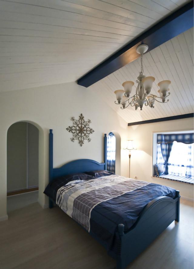卧室沿袭主风格设计,格子窗帘与床品,拱形的门,谁说生活一定要平淡无奇。