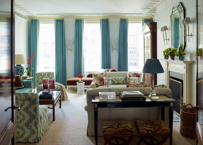蓝色窗帘非常清新。
