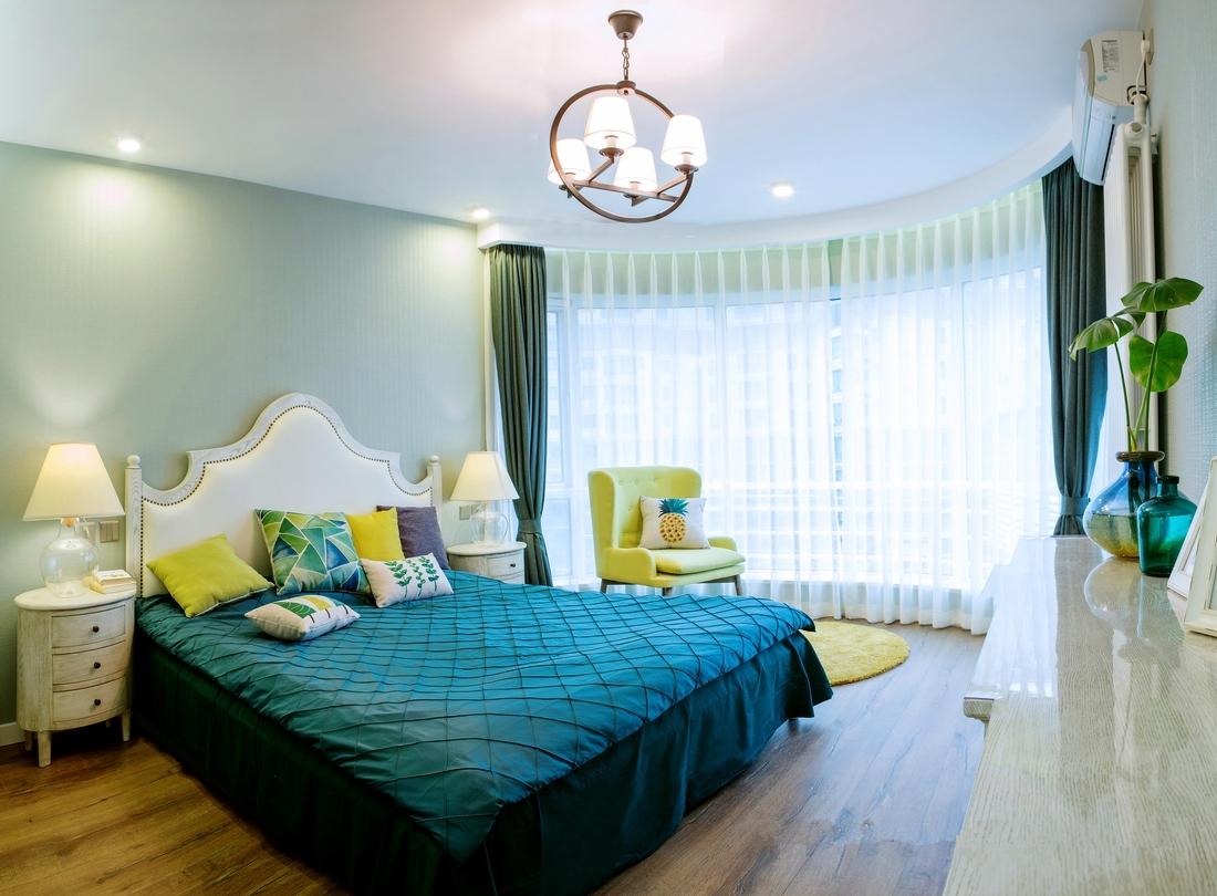 定制的椭圆形床头柜娇俏可爱,各种家具配饰搭在一起,轻轻松松营造出自己喜欢的调调。