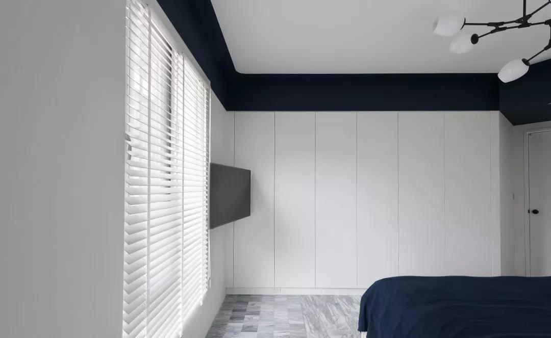 卧室无拉手橱衣柜采用嵌入式设计,不仅节省空间,还与整体白墙相搭配。