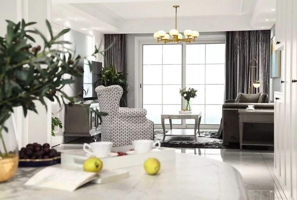 茶几台面有一圈简约的纹理,放上精致活力的摆饰,配合地毯的黑白几何图案,将清新惬意扩散到整个客厅空间。
