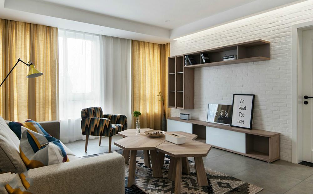 客厅墙面通过白色与黄色的经典搭配营造出现代简约的理性之美。