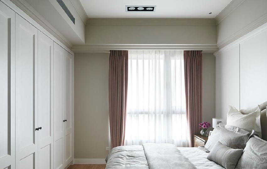 以母亲的喜好为主,赋予美式古典基底,搭上经典白色壁板及衣柜。