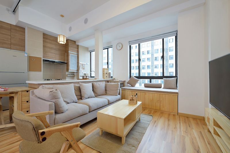 将客厅整体往窗边移,让飘窗成为客厅的一部分,弥补了空间不足放置更多椅子的需求。