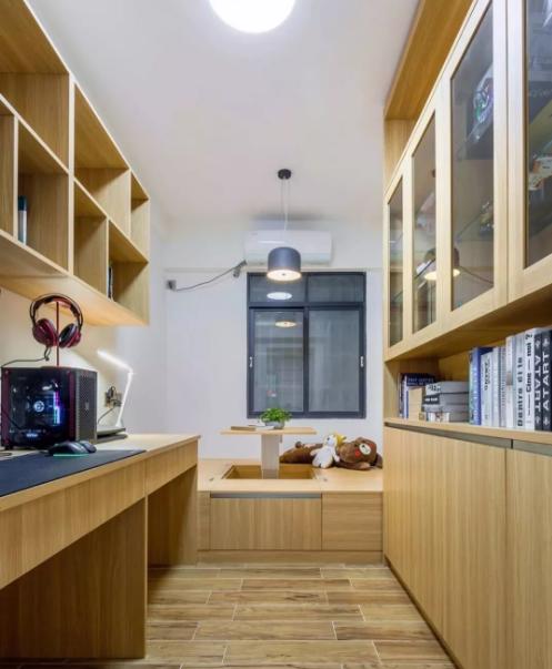 书房,木作写字台,书架,储物榻榻米设计升降桌,木色空间功能多样。