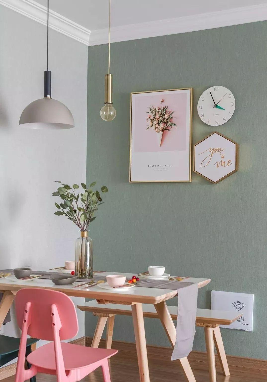 餐厅木纹地板,墙面铺贴灰色与橄榄绿壁纸,金框装饰画与吊灯增加颜值。