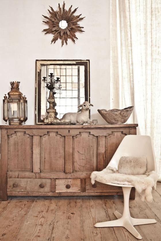 这是家中的休息室,柔软的地毯,沙发表面已经斑驳,充满历史感的储物柜。
