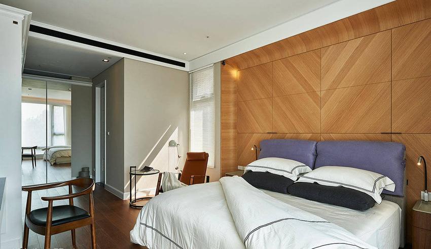 床头墙的四个角落皆内缩、以弧形线条包覆,巧妙修饰天花梁柱,还结合收纳功能,兼具美学与实用。