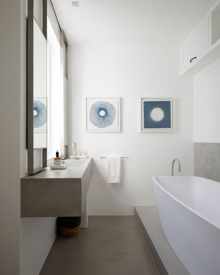 木桌和皮革扶手椅以及两间浴室,利用超微细水泥浆所打造的墙面,展现自然朴质的氛围。