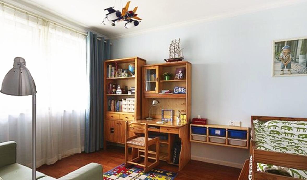 儿童房则选用浅色系来渲染家具颜色,舒服、简单的空间更适合小朋友的快乐成长。