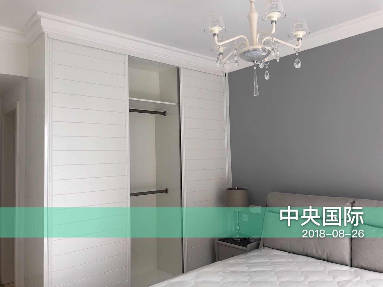 卧室空间并不大,衣柜推拉门方便实用,灰色床头背景墙延续客厅设计,简约整洁。