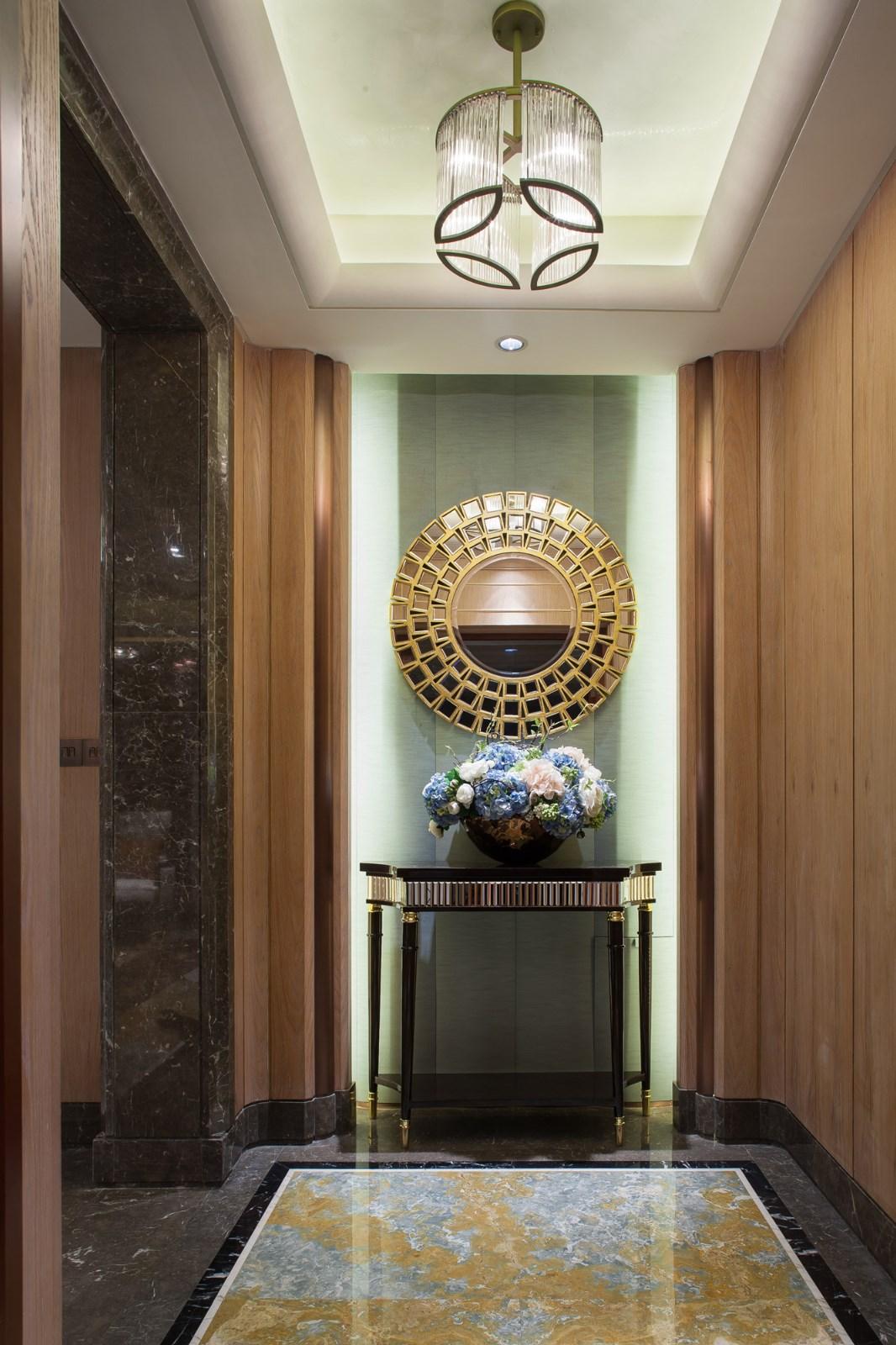 玄关深色大理石加入木质元素,温润自然又富有纹理质感,波导线在装饰地面的同时,让空间透露立体感。