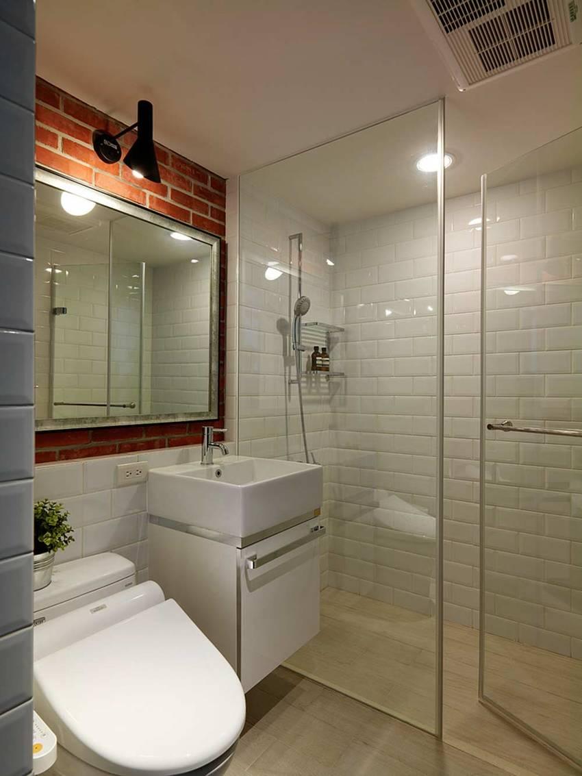 卫生间面积不大却也能明确每个空间的功能,干湿分离,清爽简约。熟悉的红白色墙面设计与厨房装潢相互呼应。