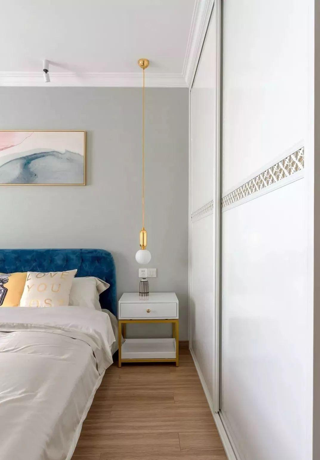 侧面的整墙移门衣柜作空间收纳。