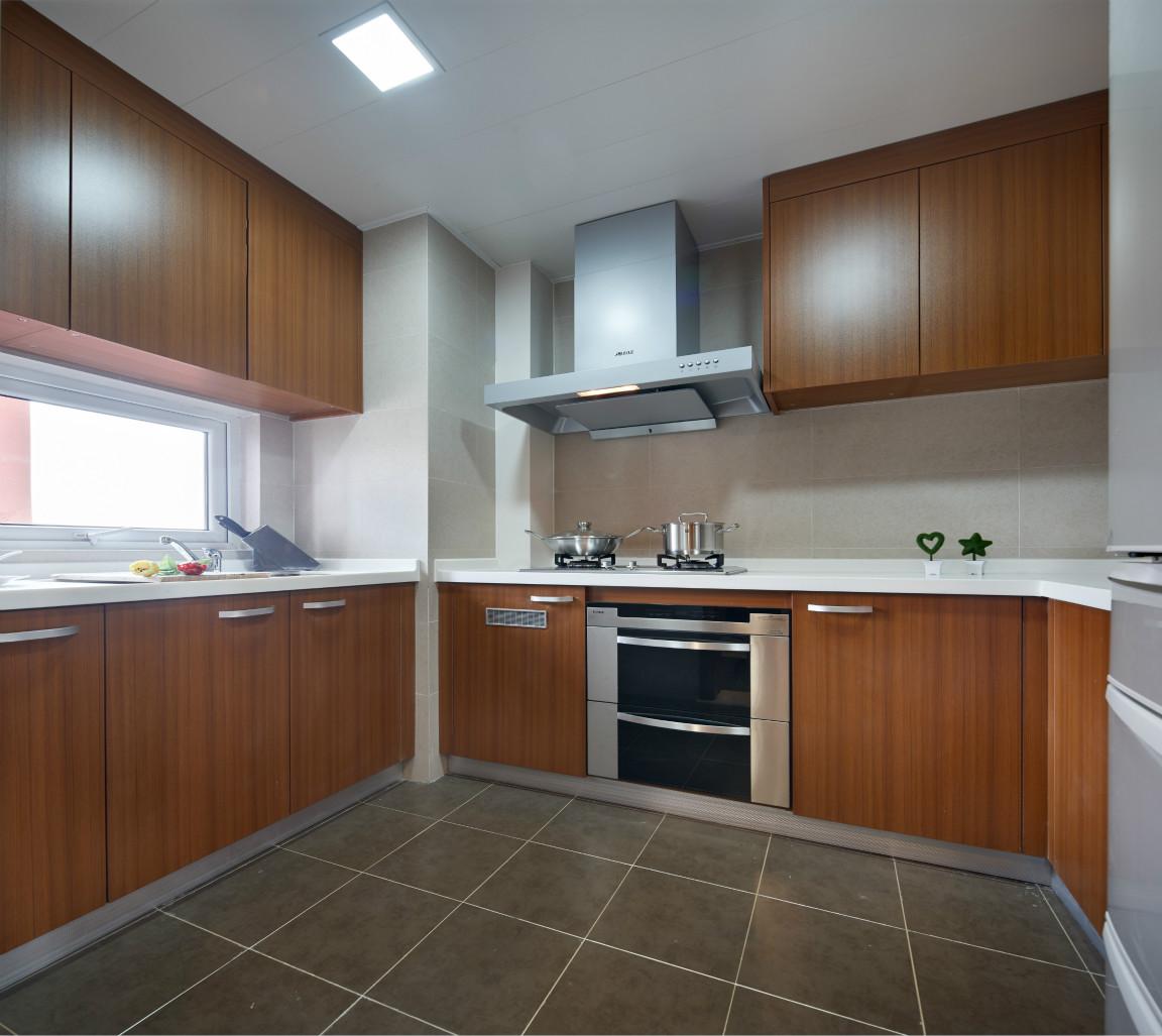 厨房很宽敞,木质的铜色很是简约大气,