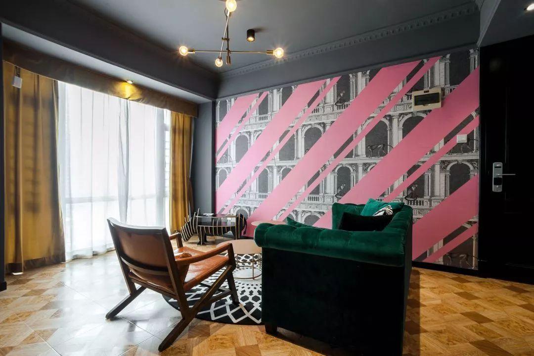 墙面处的创意壁纸,粉色与黑白的混搭,在灰色主体的衬托之下,有着叛逆与浪漫融合的感觉。