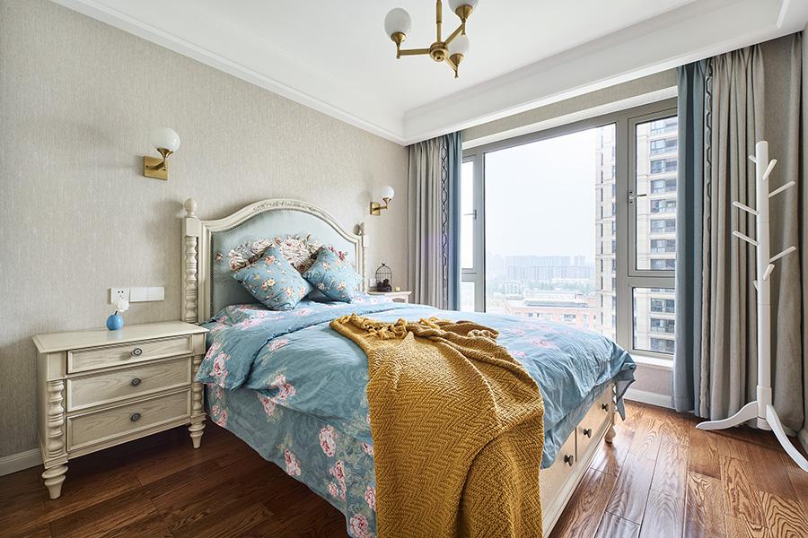 床头设计大气优雅,在素色的背景墙中,营造出舒适、典雅、浪漫的生活空间。