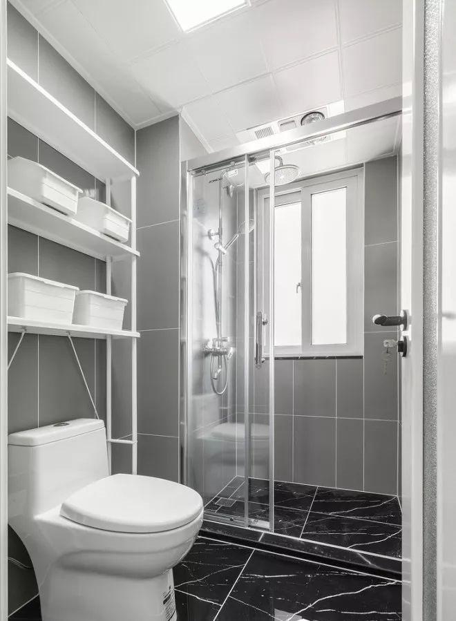主卫浴延续公共空间的简约质感,并透过三层置物架满足卫浴收纳诉求。