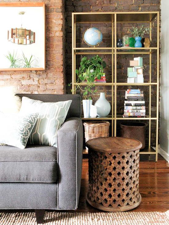 用木条和玻璃搭构的层架,是为空间量身定做,随意摆些饰品书籍,就很有感觉。