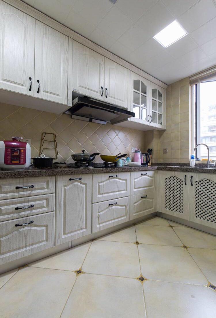 厨房以白色为主,铺贴小瓷砖,更好的方便擦拭