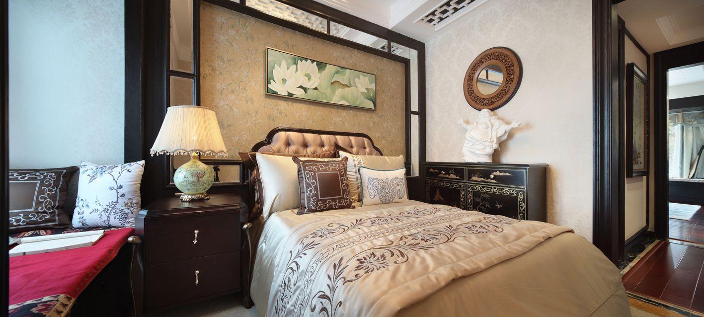 主卧素雅温馨,矮柜设计是新古典风格家居的一个亮点,雅致而富有内涵。