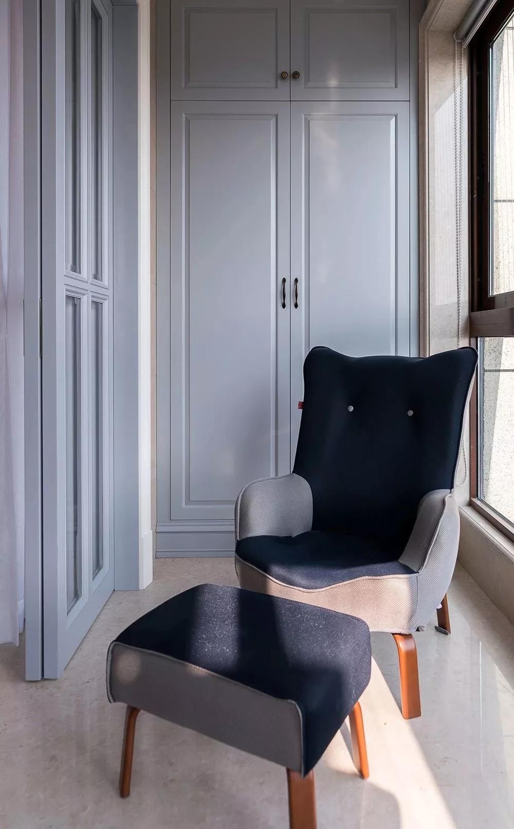 阳台摆上一套布艺休闲椅,沐浴在阳光里,在窗边小憩或品咖啡或读书,惬意生活自此开启。