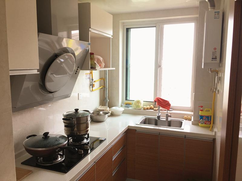 实用的整体橱柜,结合白色吊柜,弱化了空间的压抑感,让厨房整体亮度提升。