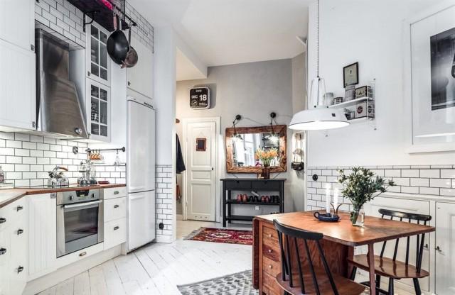 厨房正对大门,黑白配永远的经典,再挂一面木质框的大镜子,复古味道更浓。