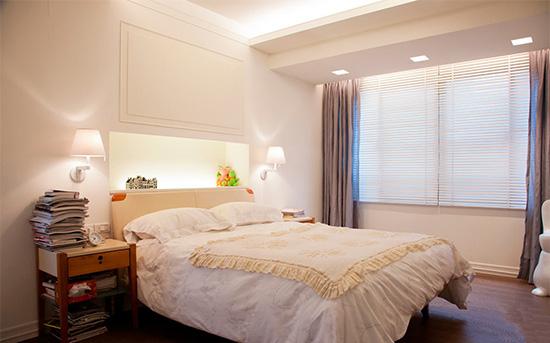 主卧采用壁灯与嵌灯结合的设计,少了制式主灯的乏味,多了份切换情境的自由。
