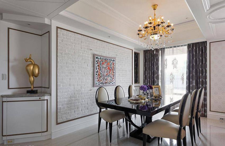 运用女主人喜爱的文化石堆砌出墙面视觉,再以精品品牌的经典商品丝巾妆点。