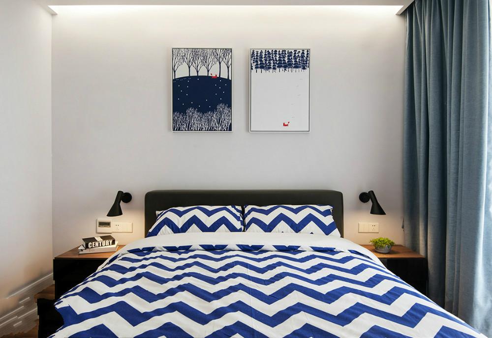 次卧造型简约的主床与清爽的床品十分和谐。