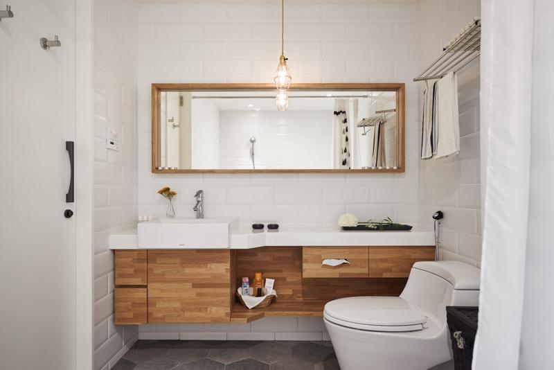 卫生间洗浴台做了很好的收纳空间
