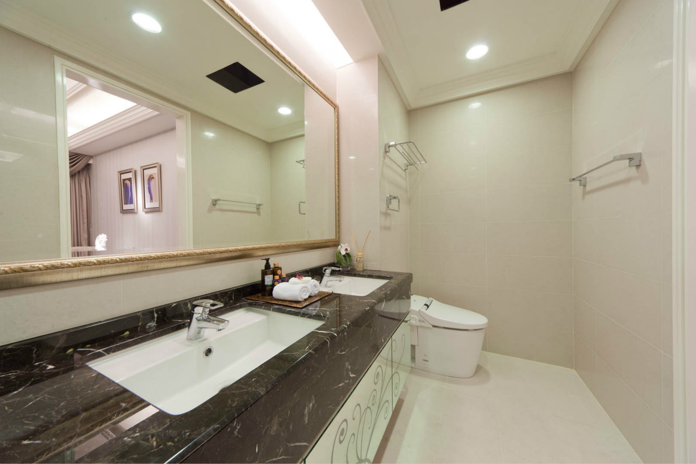 卫生间洗漱区与淋浴区被分隔成两个独立的空间,大大提高了卫生间的使用效率。