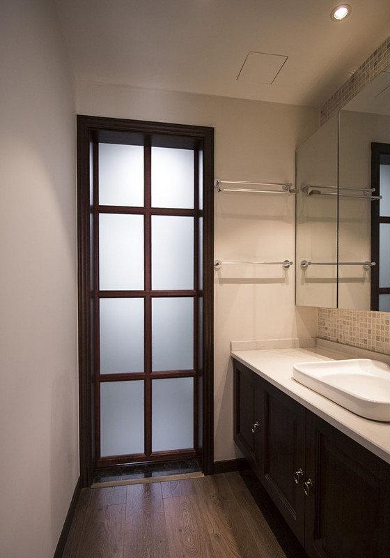 盥洗台与浴室镜之间背景墙,镶饰了马赛克砖,瞬间添了几分时尚质感。