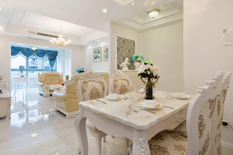 一角的餐厅,一套欧式风格的餐桌椅,再配以酒柜,这在现代家庭中,已经非常实用。