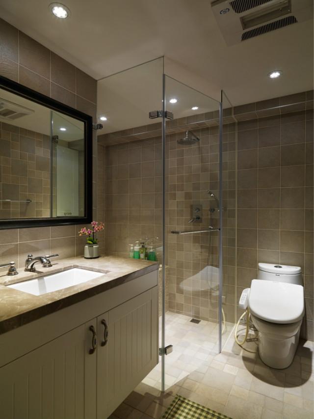 卫生间干湿分离,玻璃门设计让空间更为通透,洗手台上的花束装点,也非常有格调。