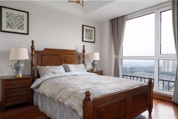 次卧作为老人房使用,颜色和家具都很沉稳内敛,落地窗保障通风性和光感。