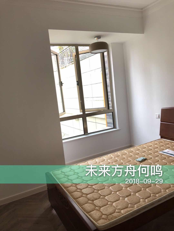 次卧空间较小,简单的床和衣柜满足了日常所需,深棕色的床彰显复古家装的精髓,沉稳大气,典雅端庄。