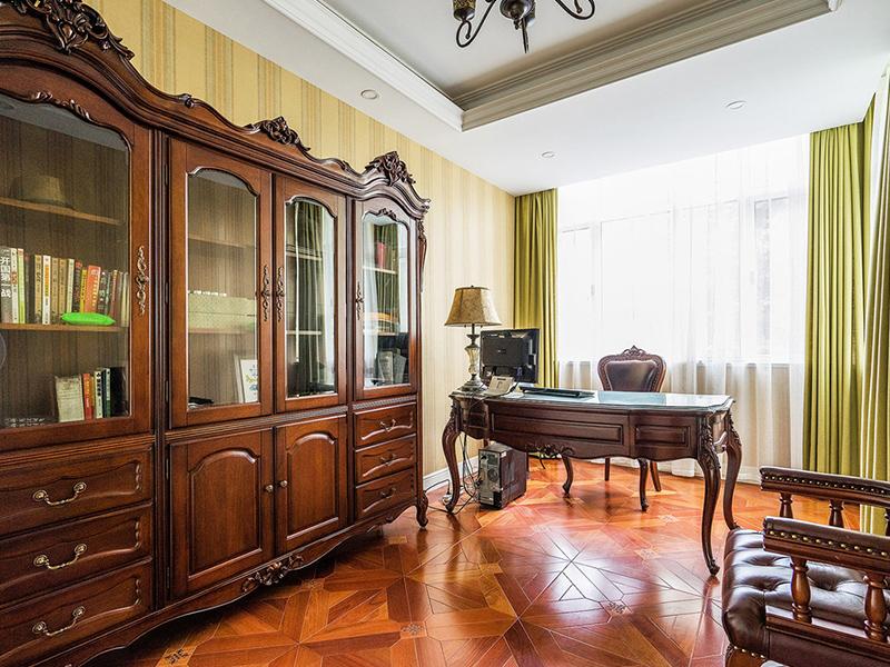 书房采光十分通透,芥末黄的窗帘点缀了整个空间。