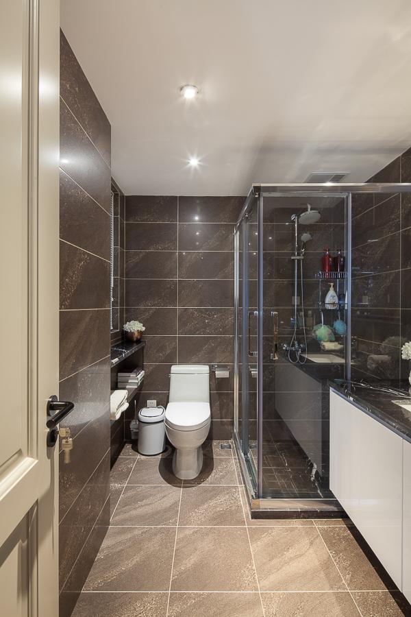 卫生间的墙面以白色为主,搭配小巧的洗手台,简约而精致