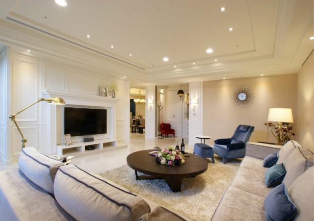 沙发的搭配很和谐,蓝色点缀在奢华中带来一丝优雅;电视墙的设计彰显出西方的古典之美。