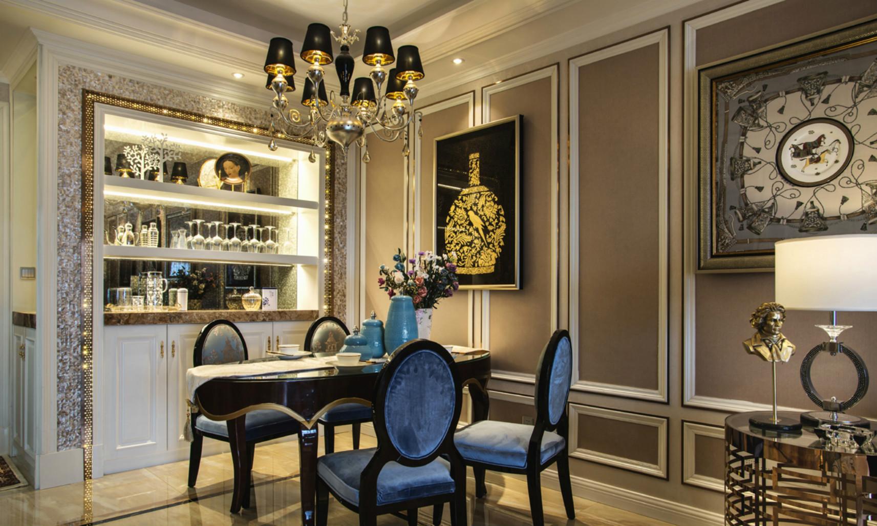 餐桌以木质为主,铜色的桌椅和蓝色的组合而成,简约大气