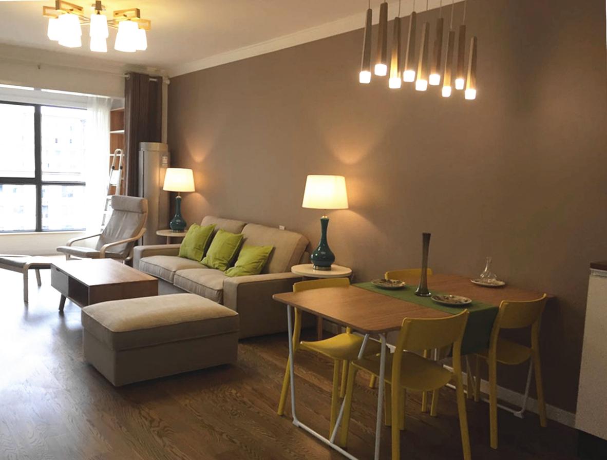 餐客厅区域搭配浅灰色布艺沙发,水曲柳材质的小茶几,兼顾装饰性和实用性,使得客厅显得更为宽敞,精致。