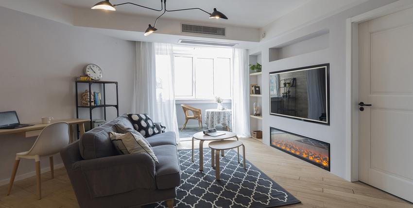 客餐厅实木地板通铺,灰色布艺沙发、黑白图案地毯搭配原木子母茶几、清爽简洁又颇有质感。