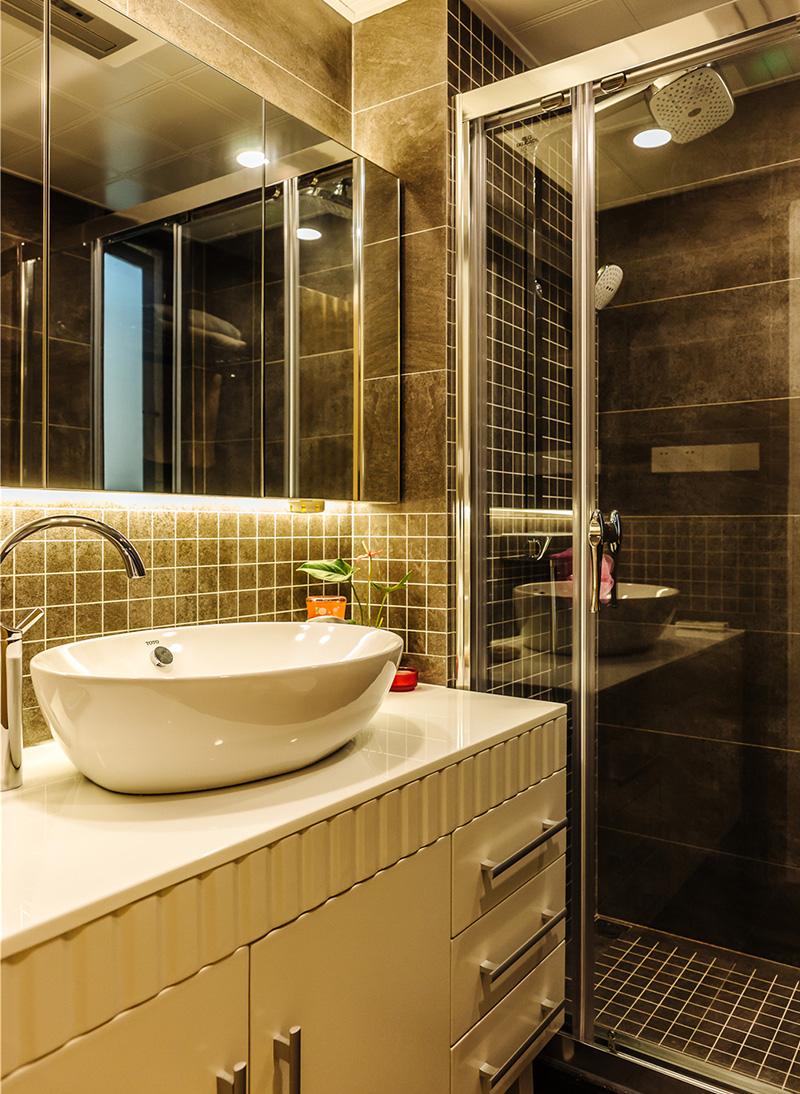 卫生间以深咖为主,采用整块横幅镜面,可以扩大视觉效果,洗脸盆是摆放式洗脸盆,简单大气。