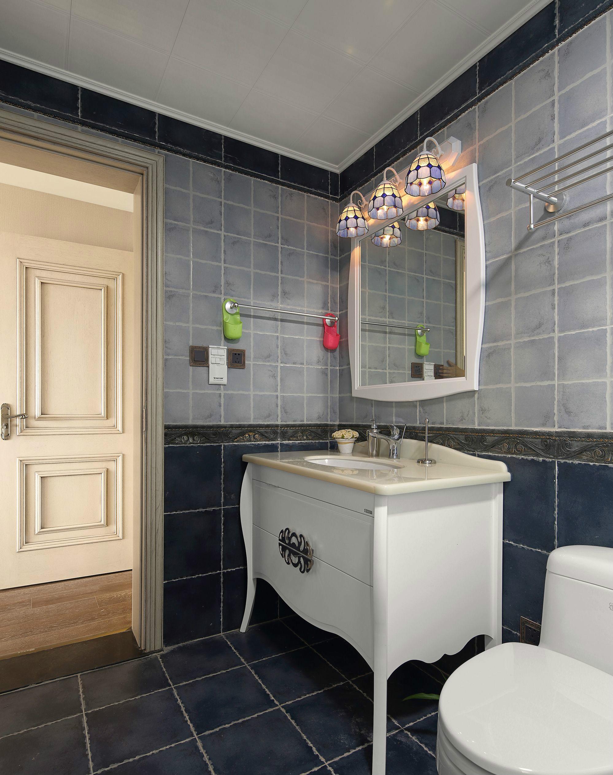 灰色地砖与墙砖能够保证卫生间的干净,易于清洁。